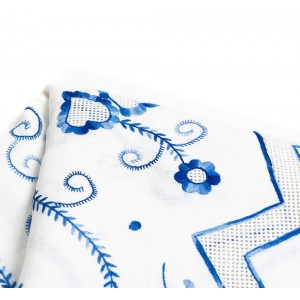 2,65 M Linen tablecloth embroidered in variegated blue