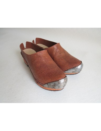 Clogs with toe cap of sheet metal